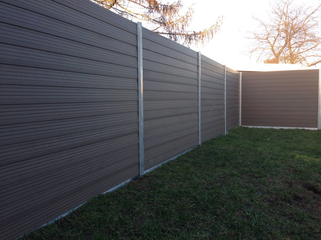 Sikkerhed opnås med solide hegn her er det komposit havehegn fra global hegn