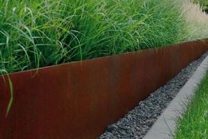 græs kanter i haven med rusten jern